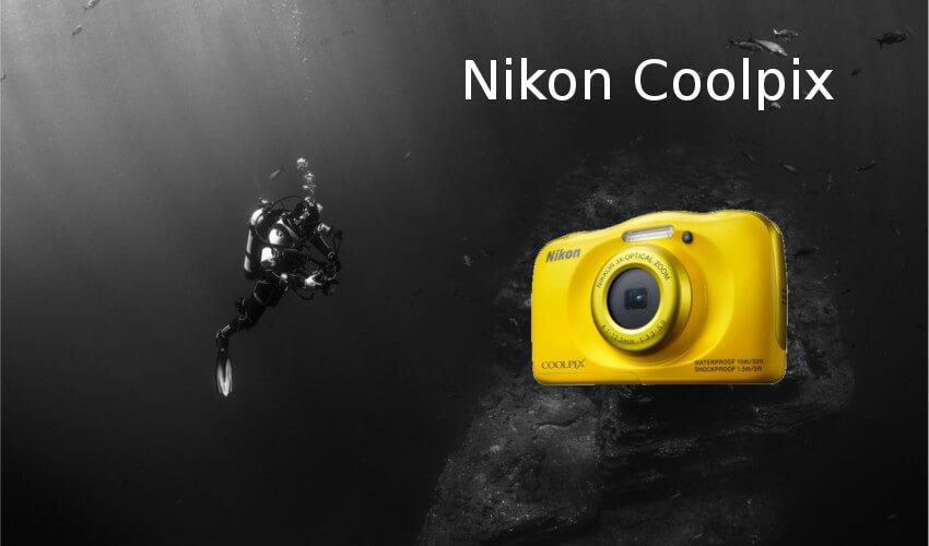 Eine Unterwasserkamaera Coolpix von Nikon und im Hintergrund ein Taucher unter Wasser