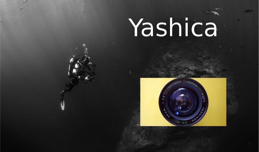 Unterwasserkamera von Yashica unter Wasser. Daneben ein Taucher.