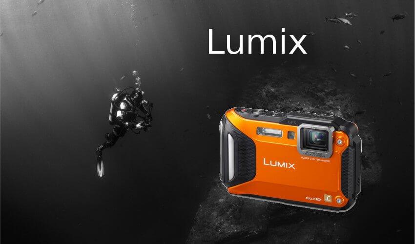 Ein Taucher mit einer Lumix Unterwasserkamera von Panasonic