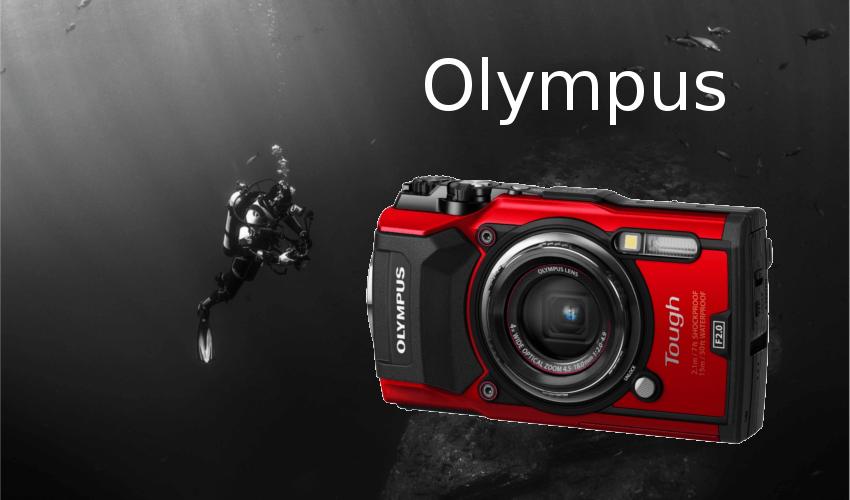 Taucher mit einer Unterwasserkamera von Olympus