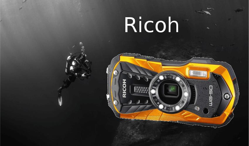 Taucher mit einer Unterwasserkamera von Ricoh