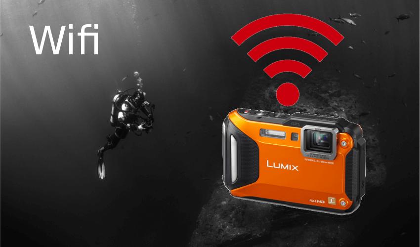 Taucher mit einer Unterwasserkamera mit Wifi